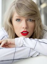 Taylor-Swift-loved-a-bold-red-lip